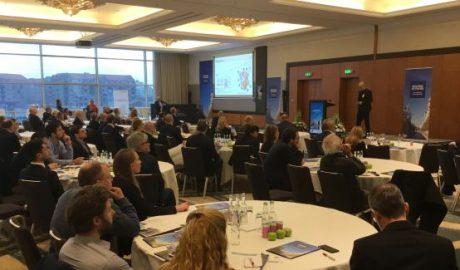 Mit Teilnehmern gefüllter Saal bei der Building Network Construction Conference