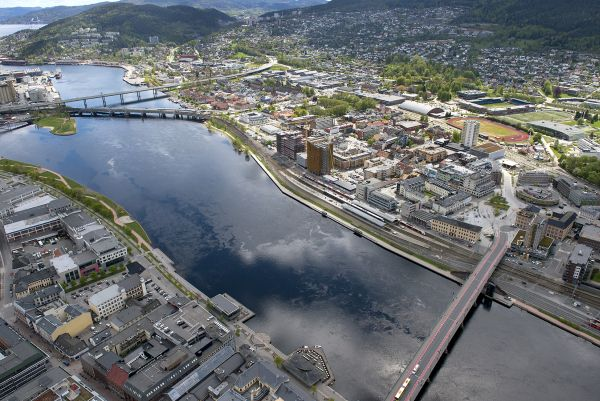Luftaufnahme des Bahnhofs in Drammen