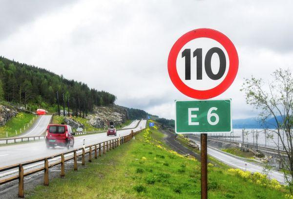 Bild einer vierspurigen Straßen, im Vordergrund eine Geschwindigkeitsbegrenzung
