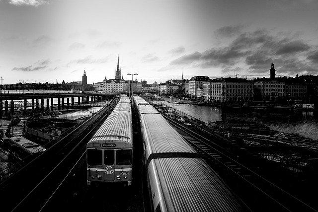 Schwarzweißaufnahme von Nahverkehrszügen in Stockholm