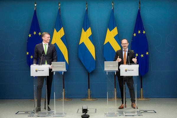 Per Bolund und Tomas Eneroth stellen den Infrastrukturplan vor