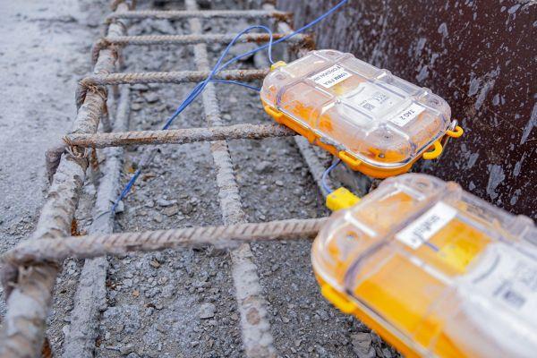 Foto von Maturix-Sensoren, die in frisch gegossenem Beton stecken.